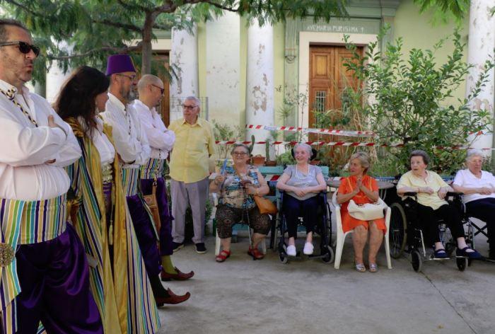 Els Moros i Cristians de Torrent visiten el centre de majors Santa Elena