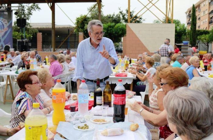 Més de 400 persones van participar en l'acte celebrat en el Parc Sant Carles El sopar als majors dóna pas a les Festes d'Albal