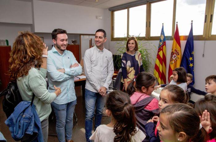 Escolars de l'Amadeo Tortajada prenen el pols de l'Ajuntament de Mislata