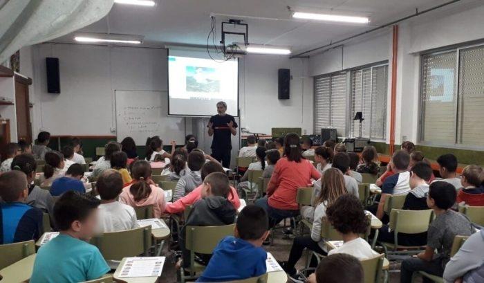 El programa educatiu 'Bombers a L'Escola' ha visitat ja a més de 700 alumnes a 11 col·legis de La Ribera per a parlar de prevenció