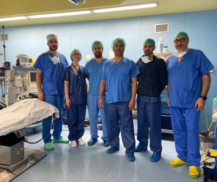 L'Hospital de la Ribera extirpa un tumor de còlon a través del melic del pacient
