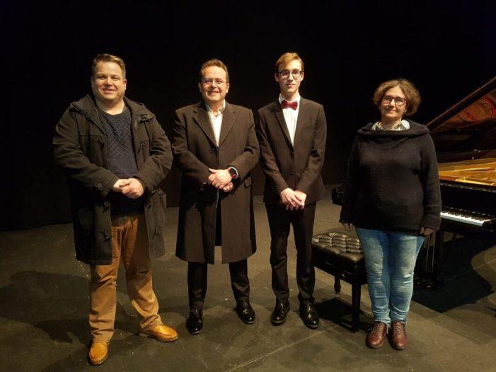 El pianista Ferran López triomfa a la seua ciutat natal en el seu concert de presentació