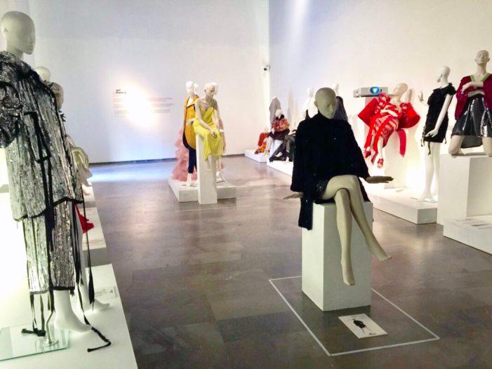 L'exposició 'Artenblanc' uneix disseny i costura valenciana al Centre del Carme