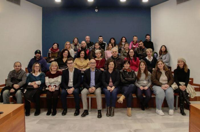 Al Saló de Plens de l'Ajuntament d'Alaquàs 30 veïns i veïnes en situació d'atur signaven recentment els seus contractes per a la formació i ocupació durant un període de 12 mesos