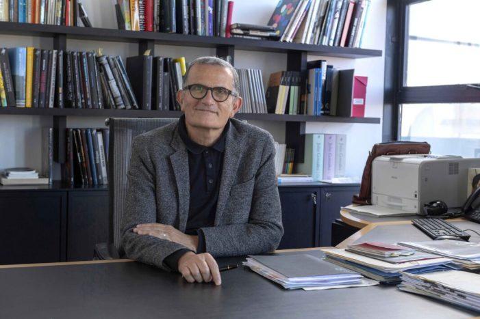 El director de l'IVAM rep el premi Llama Rotaria 2020 de les arts
