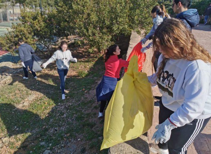 Desenes de persones lluiten contra el canvi climàtic a Alberic amb una simbòlica neteja de la Muntanyeta