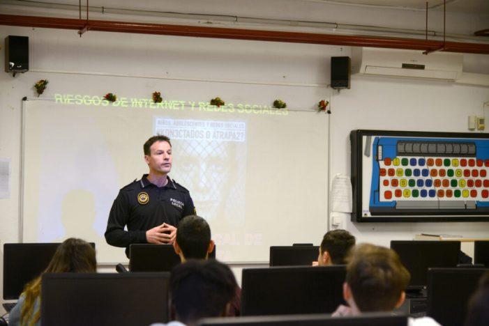 La Policia Local de Paiporta prevé a la població adolescent del municipi sobre els perills de les xarxes socials