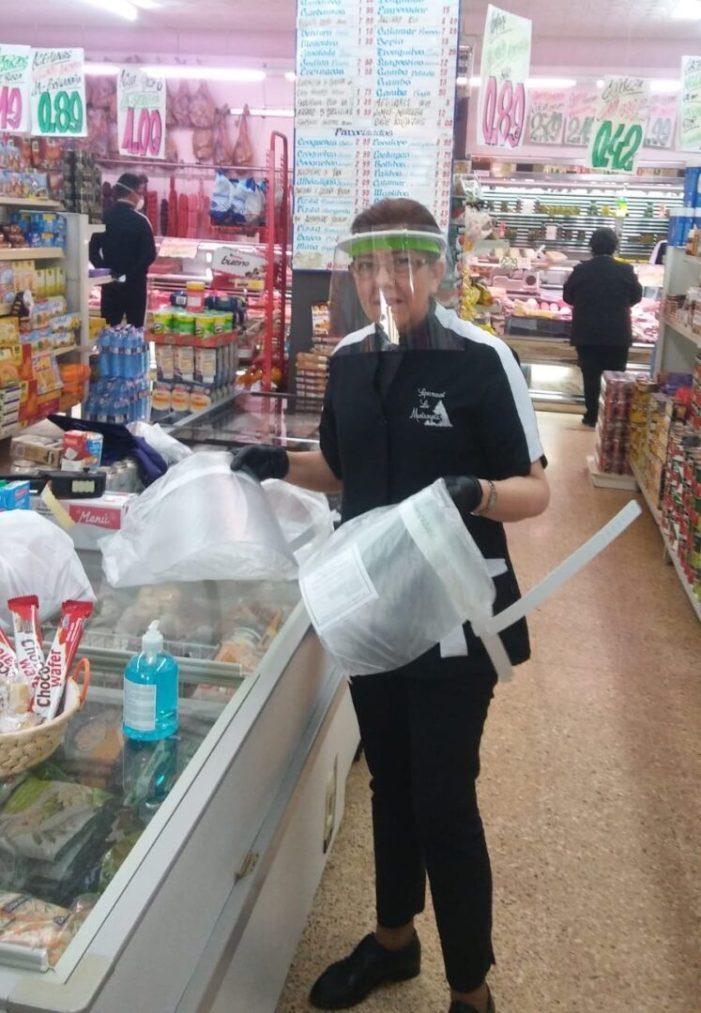 Alberic distribueix entre els comerciants pantalles protectores contra el Coronavirus