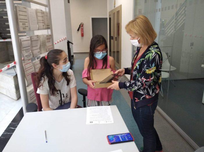 Quart de Poblet lliurament mig centenar de dispositius tecnològics a l'alumnat durant la crisi sanitària