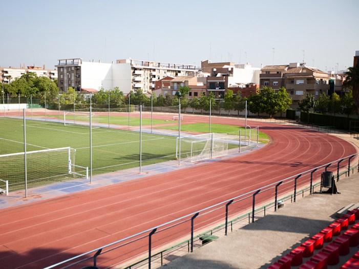 El Poliesportiu de Burjassot obrirà aquest dijous, amb cita prèvia, les seues pistes d'atletisme, pàdel i tennis per a la pràctica esportiva individual