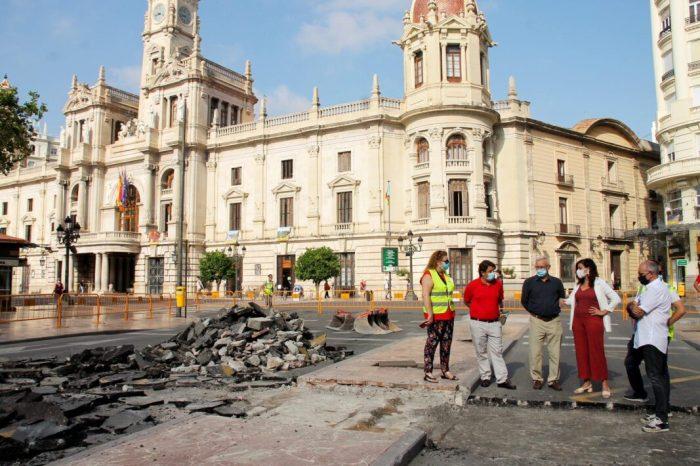 L'alcalde de València, Joan Ribó, acompanyat de la vicealcaldessa i regidora de Desenvolupament Urbà Sostenible, Sandra Gómez,visiten les obres de la plaça de l'Ajuntament
