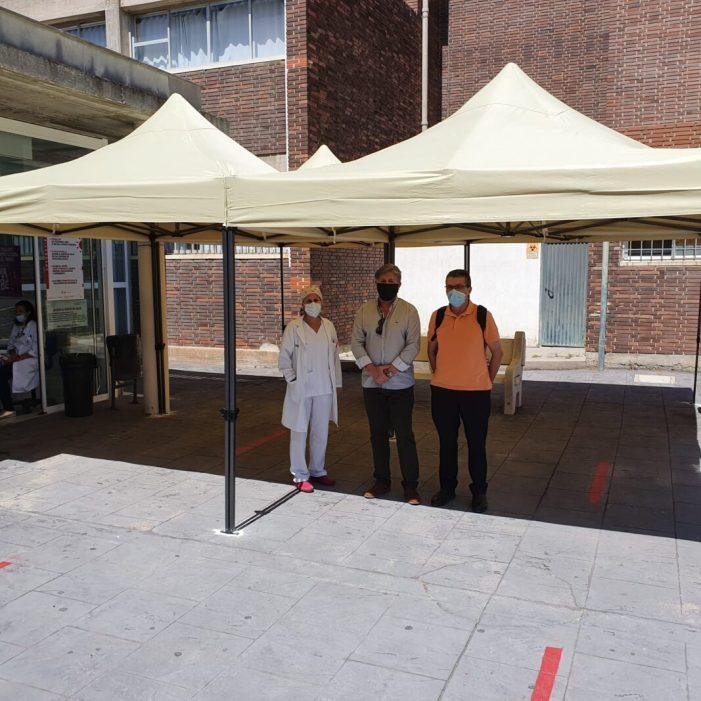 La Regidoria de Sanitat de Sueca instal·la tendals en el Centre de Salut per a mitigar la calor mentre s'espera per a poder accedir