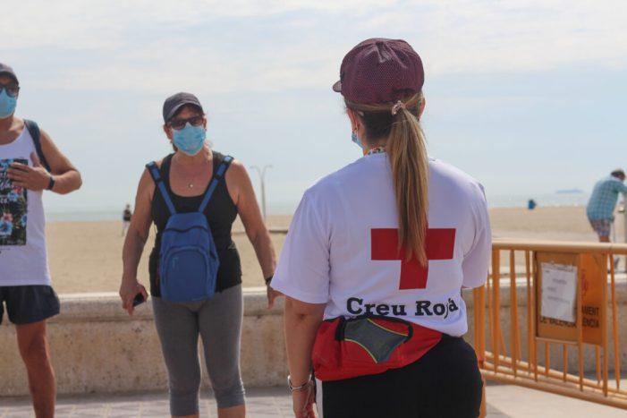 El personal de Creu Roja, que les seues màximes són sempre previndre accidents i salvar vides, han adaptat la seua labor en funció dels protocols enfront de la COVID-19 i de l'evolució de la pandèmia