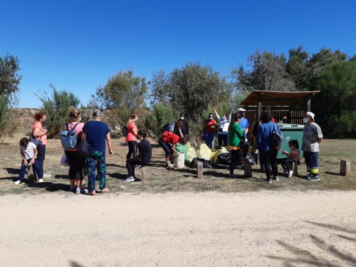 Una vintena de voluntaris de Sueca recullen 40 quilos de residus en el riu Xúquer
