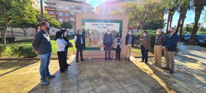 Patrimoni Cultural instal·la el tercer panell commemoratiu del cultiu de la taronja a Alzira en la plaça Corbeil Essonnes