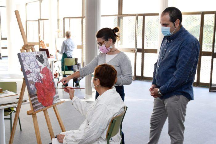 El Centre de Formació de Persones Adultes de Paiporta comença els seus tallers amb Pintura