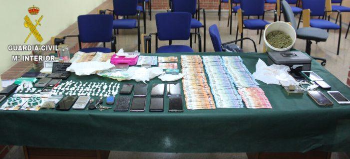 La Guàrdia Civil desmantella una organització criminal dedicada al tràfic de drogues i desarticula set punts de venda a Almussafes i Benifaió