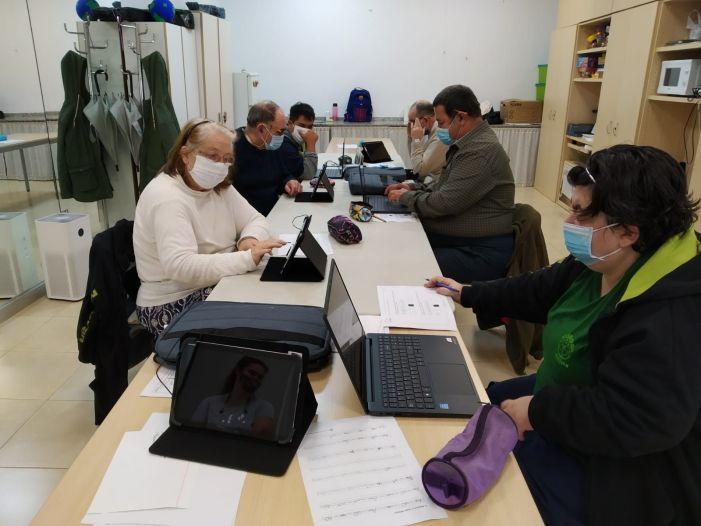 Alboraia redueix la bretxa tecnològica de persones d'edat avançada i amb diversitat funcional del taller Mon Gran