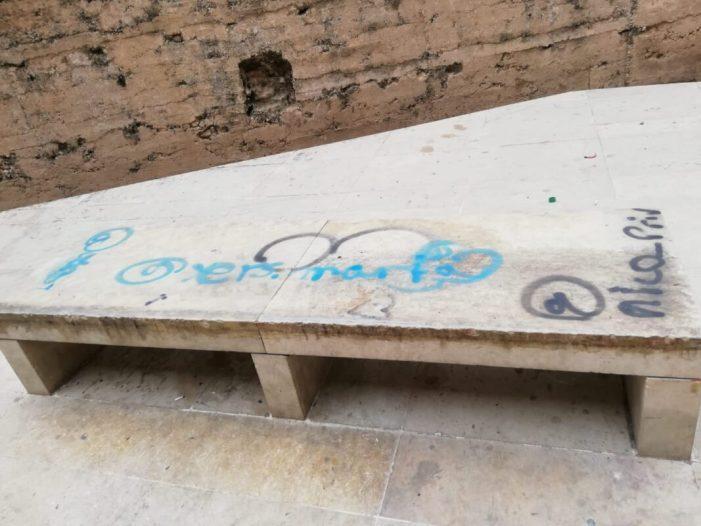 L'Ajuntament d'Alzira denuncia les noves pintades sobre les parets recentment netejades