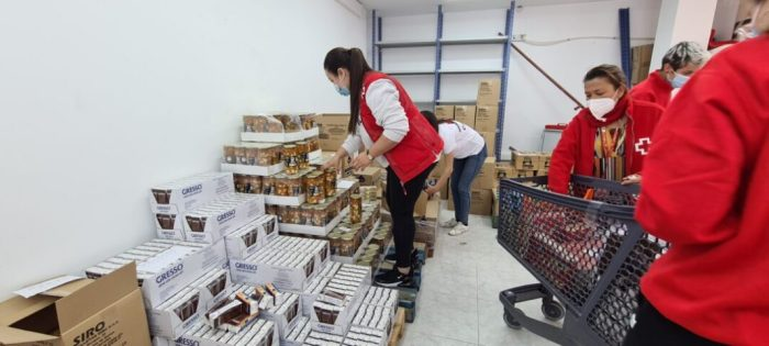La Creu Roja distribuïx a Carlet aliments a 73 famílies