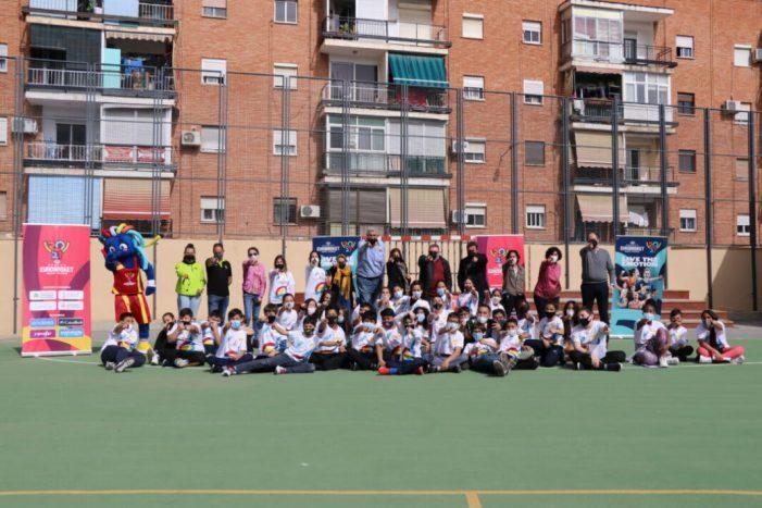 Fernando Romay, Ana Belén Álvaro i la mascota Lola arriben a Torrent per a promocionar l'Eurobasket Femení 2021