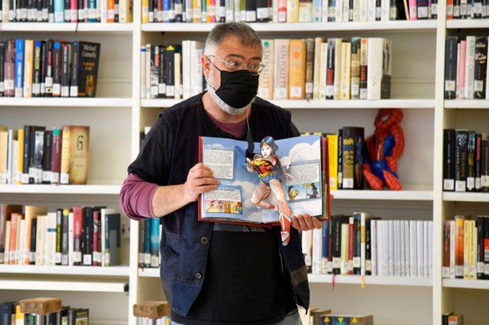 El Gran Jordiet acosta al públic més menut de Paiporta les històries de gent súper en El Dia del Llibre