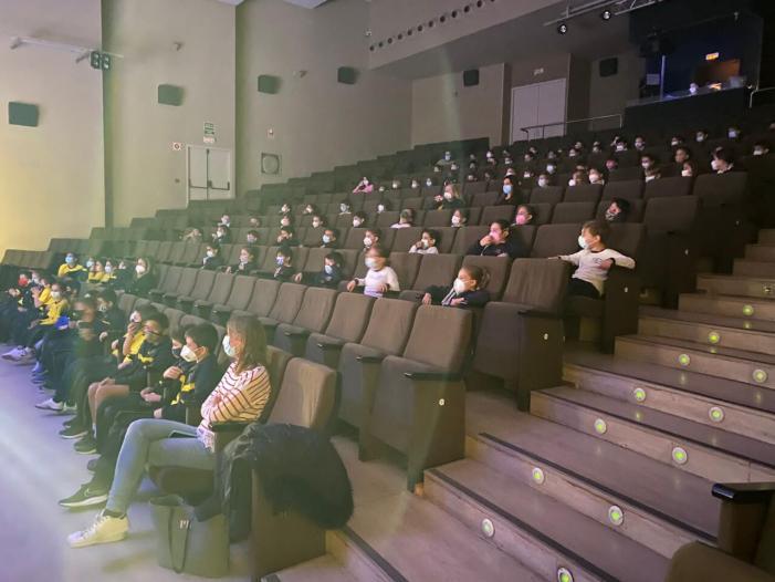 Més de 500 xiquets i xiquetes de Quart de Poblet participen en l'activitat Anem al Teatre