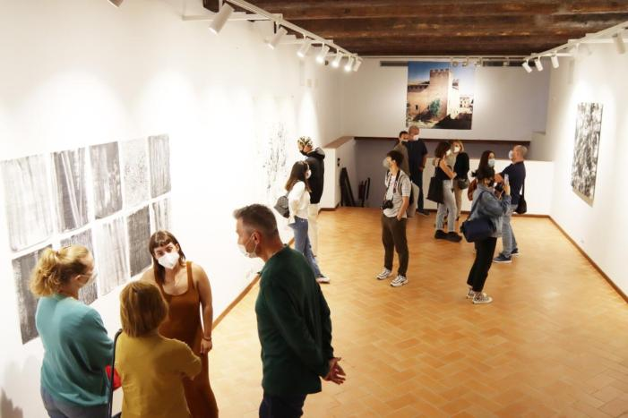 "El castell d'alaquàs acull l'exposició ""colapso"" de l'artista Arianne Garrido"