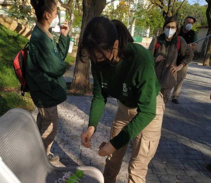 """L'alumnat de l'Escola Taller de Burjassot, Et Formem """"Recicla't"""", realitza una pràctica per a aprendre a realitzar el control de plagues"""