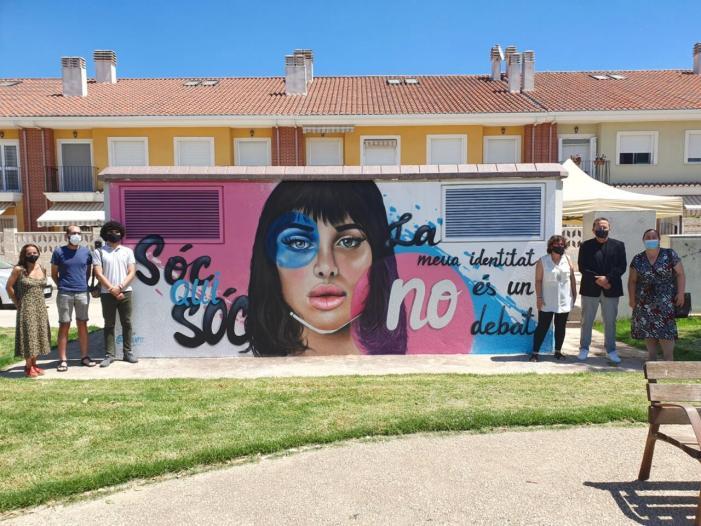 Sueca pinta un mural reivindicatiu pels drets del col·lectiu LGTBIQ+