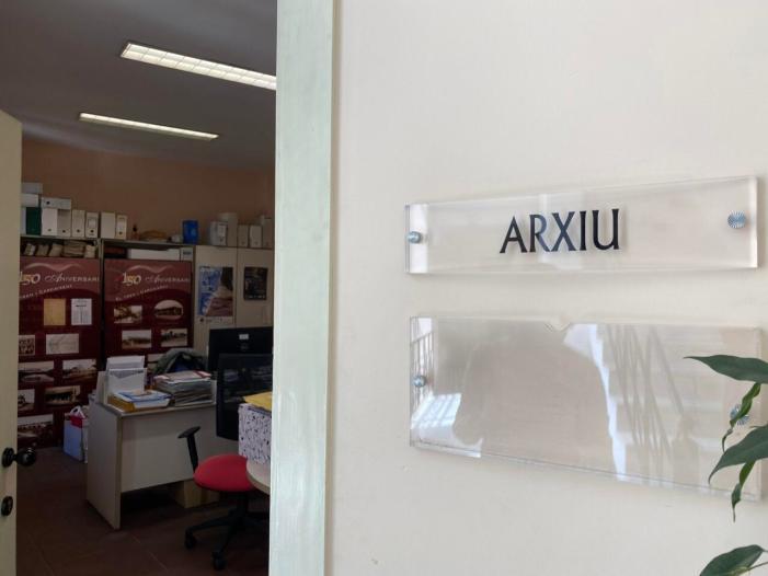 Carcaixent digitaliza part de l'arxiu municipal