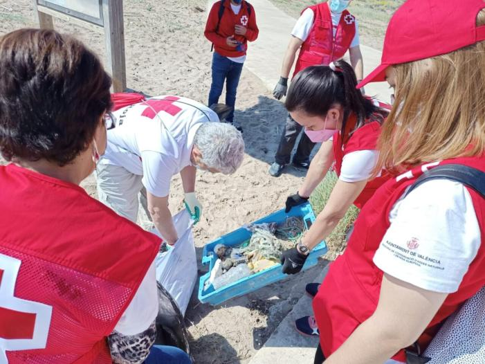 Creu Roja es mobilitza contra la basuraleza en el Port de Catarroja