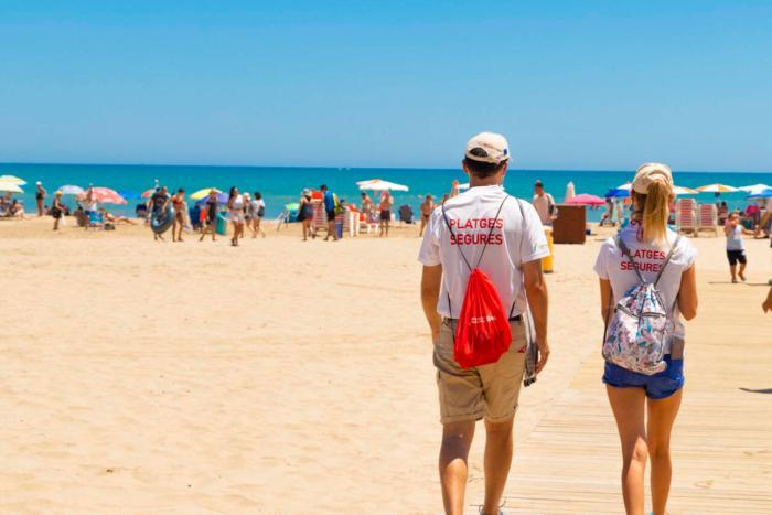 38 informadors reforcen la prevenció a les platges de Cullera