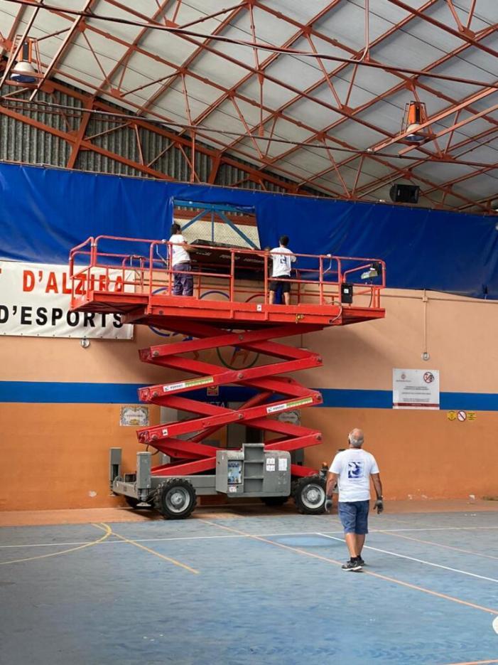 Comencen els treballs per posar en marxa la reparació del pavelló Fontana Mogort a Alzira