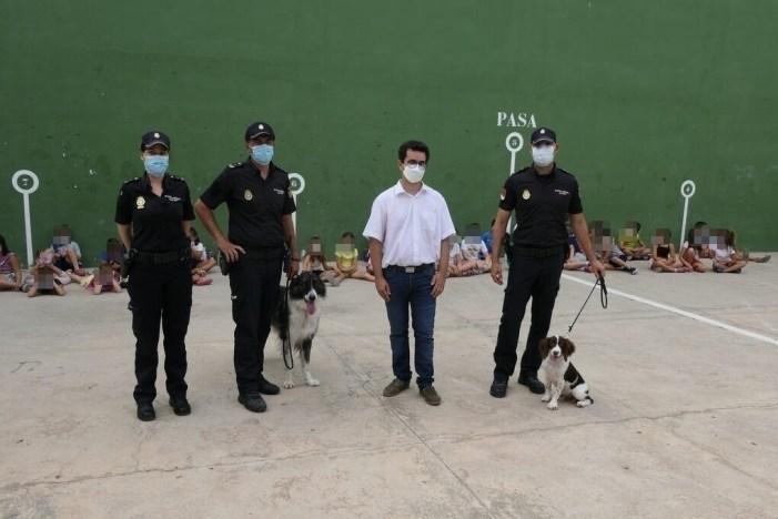 La Unitat de Guies Canins de Policia Nacional visita als xiquets i xiquetes d'Alboraia