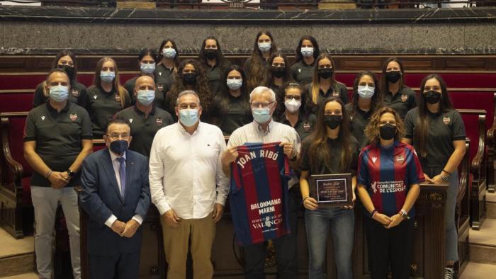 L'alcalde felicita l'equip d'hanbol femení Levante UD BM Marni pel seu ascens a la Divisió d'Honor Argent