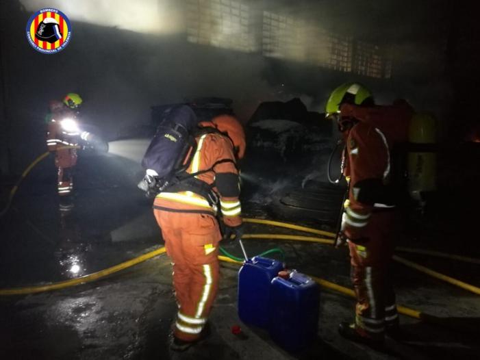 Intervenció dels bombers a l'incendi a una empresa abandonada de palets a Aldaia