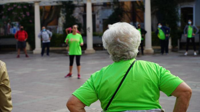 Vora un centenar de persones participen en la primera sessió del programa de passejos saludables «Alzira camina»