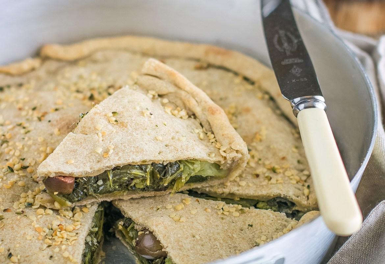 Torta salata con cime di rapa, olive e uvetta