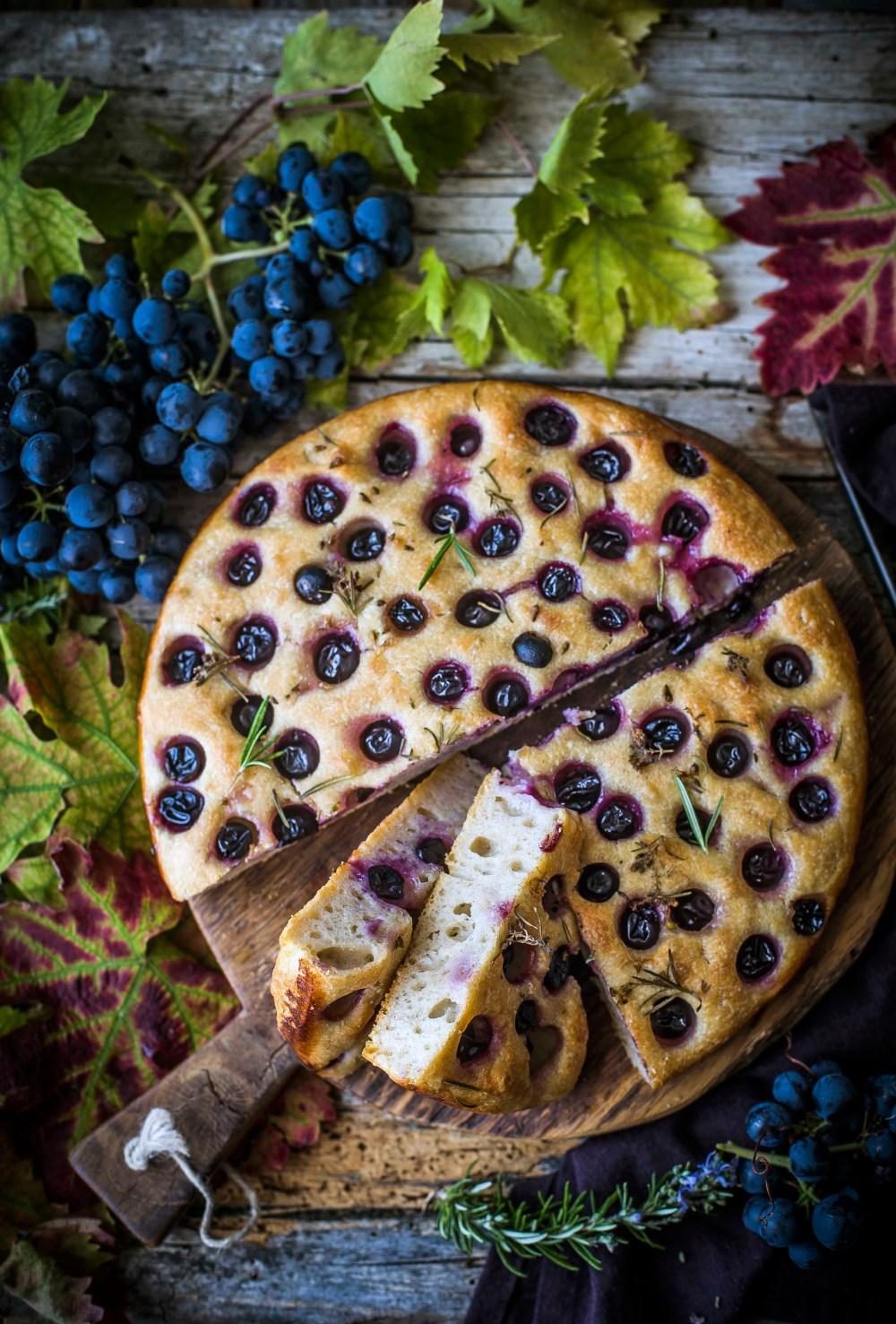 Focaccia con uva e rosmarino