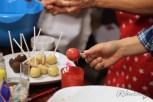 Die Cake Pops werden glasiert