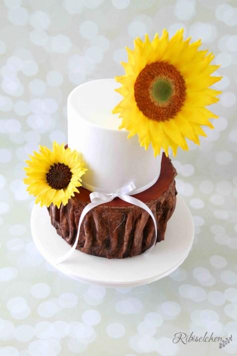 Hochzeitstorte mit 2 großen Sonnenblumen aus Zucker und einer Baumstammtorte