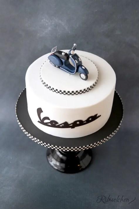 Vespa Torte mit modellierter Vespa aus Fondant
