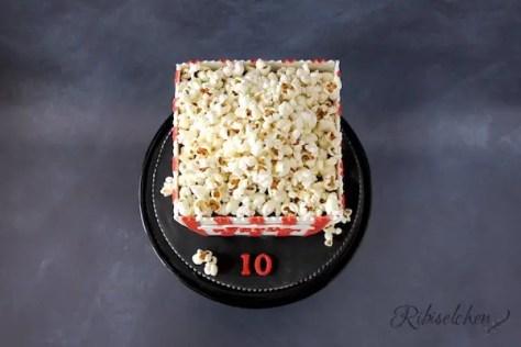 Eine leckere Popcorn Torte in Form einer Popcorntüte! Wie du sie selber eifach herstellen kannst, erfährst du in meinem Beitrag! - A delicious popcorn cake which looks like a bag of popcorn!