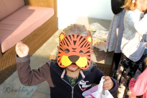 Kind mit Tigermaske bei der Dschungelparty
