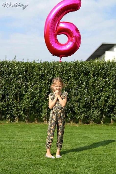 Kind mit Zahlenballon