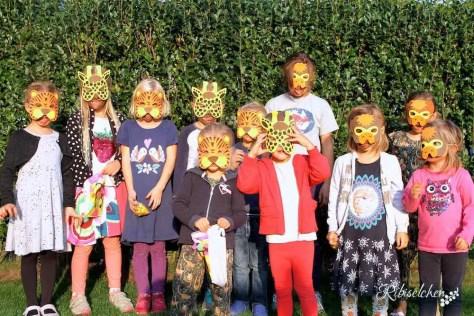 Kinder mit Tiermasken bei der Dschungelparty