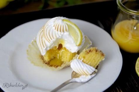 Limoncello Cupcake, bei dem ein Stück mit dem Löffel weggenommen wurde