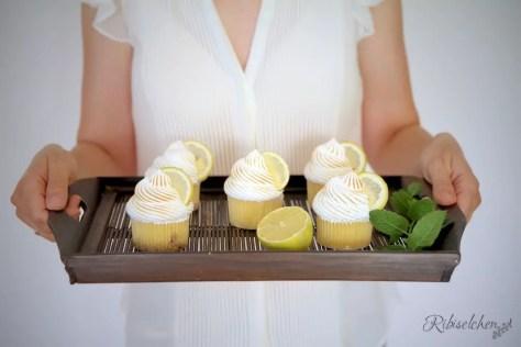 Limoncello Cupcakes auf einem Tablett
