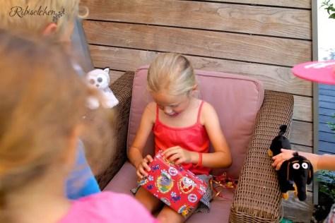Geburtstagskind packt die Geschenke aus